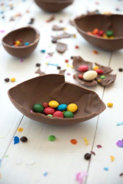 Kleine süßigkeiten im offenen schokoladenei Kostenlose Fotos