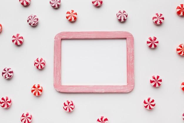 Kleine süßigkeiten mit rahmen- und kopienraum Kostenlose Fotos