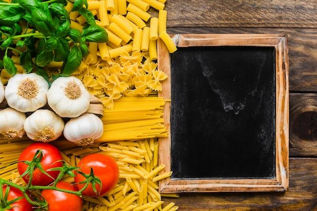 Kleine tafel in der nähe von pasta zutaten Kostenlose Fotos