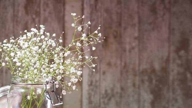 Kleine weiße Blumen auf hölzernem Hintergrund | Download der ...
