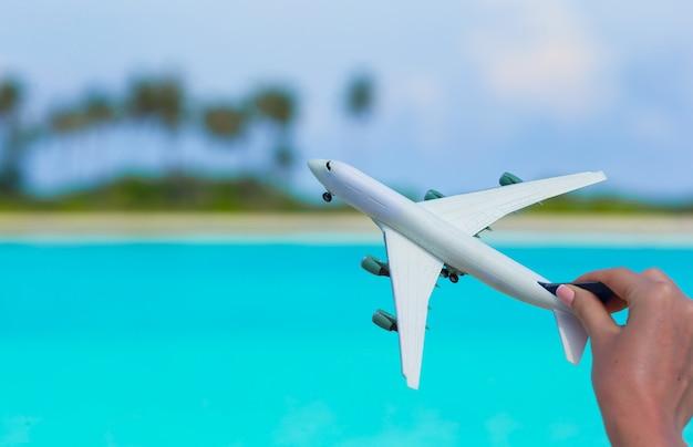 Kleine weiße miniatur eines flugzeuges am strand Premium Fotos