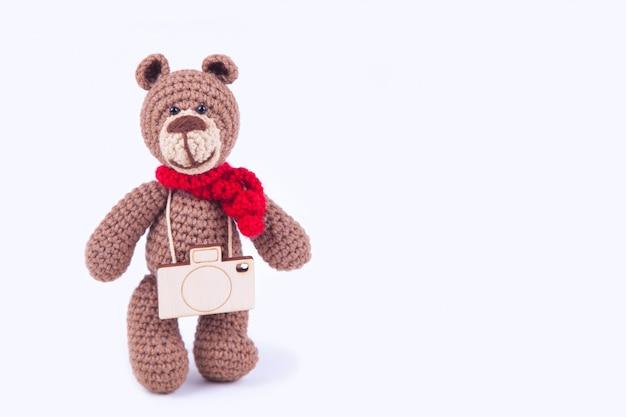 Kleiner gestrickter bär, handgefertigt. amigurumi internationaler tag der fotografie, konzept Premium Fotos