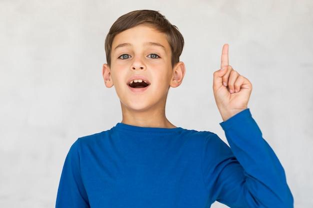 Kleiner junge, der eine gute idee hat Kostenlose Fotos
