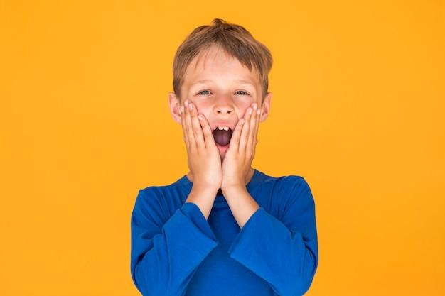 Kleiner junge, der entsetzt schaut Kostenlose Fotos