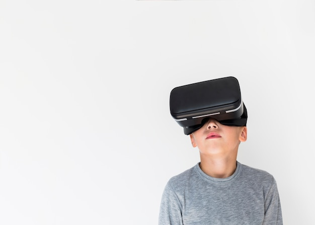 Kleiner junge, der gläser der virtuellen realität verwendet Kostenlose Fotos
