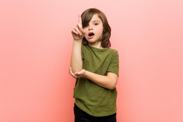 Kleiner junge, der irgendeine großartige idee, konzept der kreativität hat. Premium Fotos