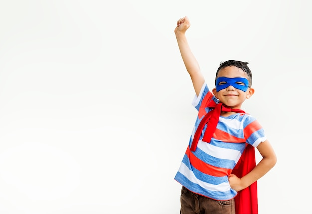 Kleiner junge, der superhelden am spielplatz spielt Kostenlose Fotos