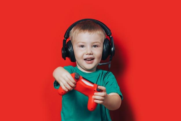 Kleiner junge, der videospiel spielt Premium Fotos