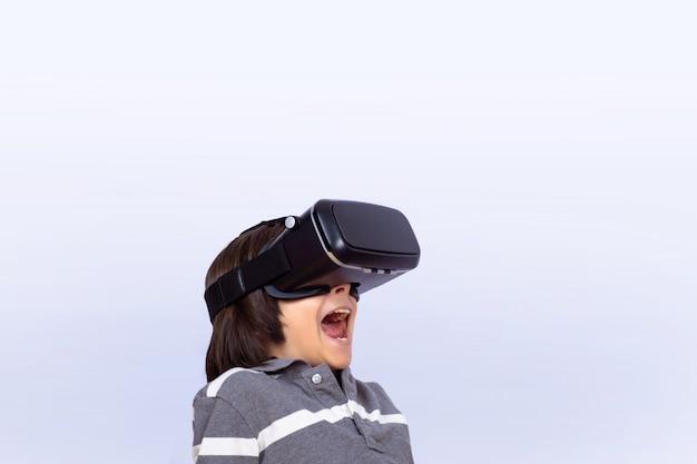 Kleiner junge, der videospiele mit vr spielt. Premium Fotos