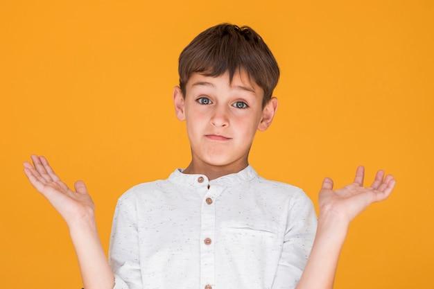 Kleiner junge, der zweifelhaft schaut Kostenlose Fotos