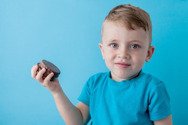 Kleiner junge hält schokoladenkekse Premium Fotos