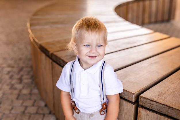 Kleiner junge in einem schönen anzug Premium Fotos