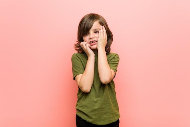 Kleiner junge jammerte und weinte trostlos Premium Fotos