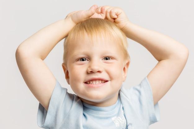 Kleiner junge lacht Premium Fotos