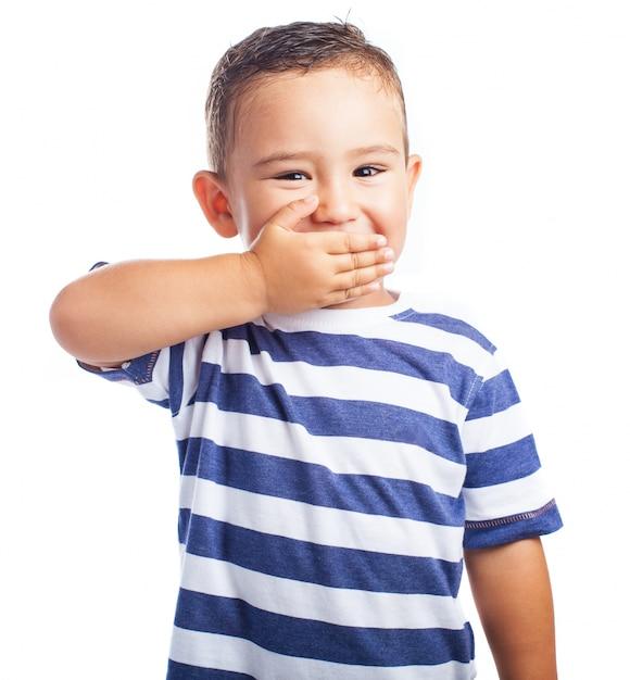 Kleiner junge mit seinem mund, während lachen Kostenlose Fotos