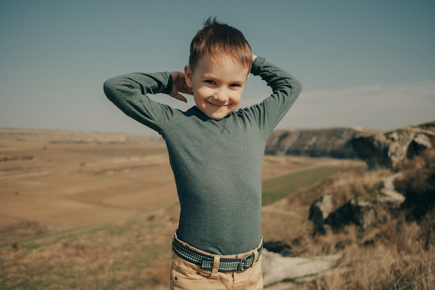 Kleiner junger kaukasischer junge in der natur, kindheit Kostenlose Fotos
