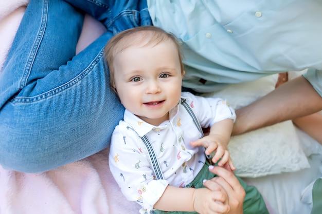 Kleiner kinderjunge 1 jahr alt, der mit seinem vater auf dem bett liegt, glückliches familienkonzept, Premium Fotos