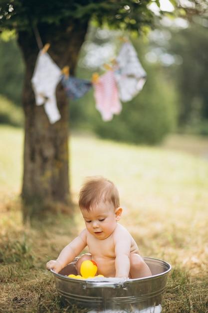 Kleiner kleinkindjunge, der im park badet Kostenlose Fotos