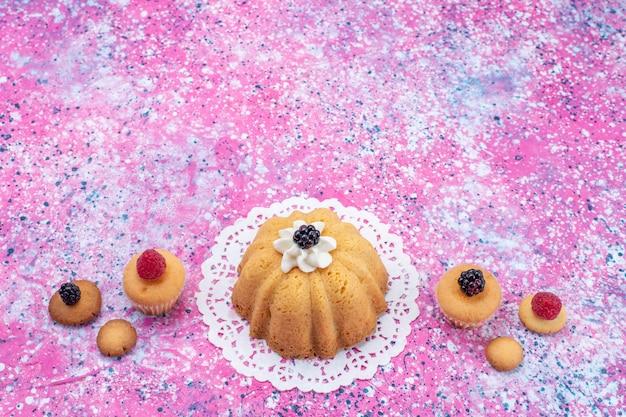 Kleiner köstlicher kuchen mit sahne zusammen mit beeren auf hellem schreibtisch, kuchenkeksbeere süß Kostenlose Fotos