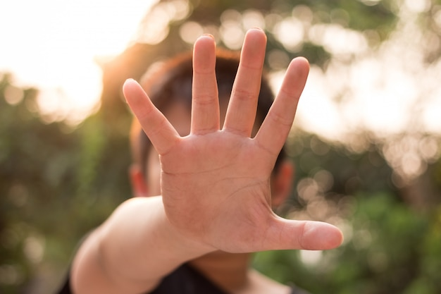 Kleiner missbrauchter junge, der seine hand hält. konzept der häuslichen gewalt Premium Fotos
