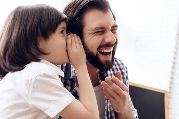 Kleiner sohn erzählte papa einen witz papa lacht. Premium Fotos