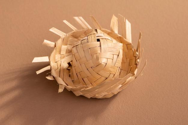 Kleiner strohhut für festa junina ornamente auf braun Premium Fotos