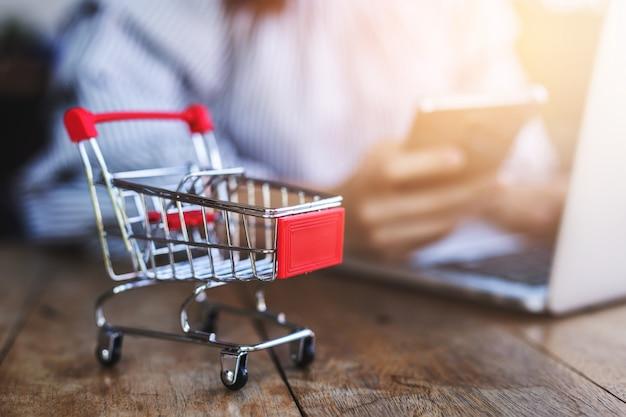 Kleiner trolley mit jungen frauen nutzen smartphone und laptop. Premium Fotos