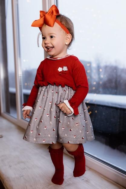 Kleines baby, das im raum und im lächeln bleibt Kostenlose Fotos