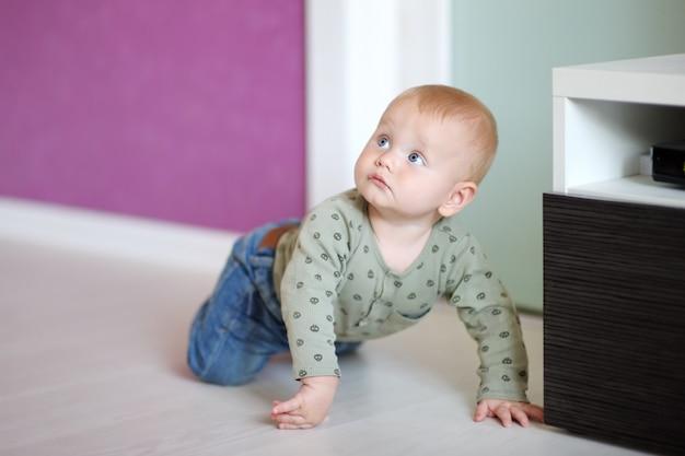 Kleines baby, das zu hause spielt Premium Fotos