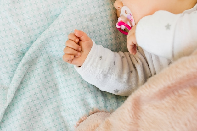 Kleines baby schläft im bett Kostenlose Fotos