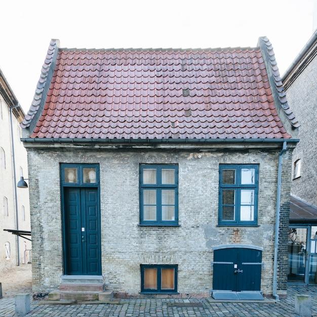 Kleines backsteinhaus mit ziegeldach Kostenlose Fotos