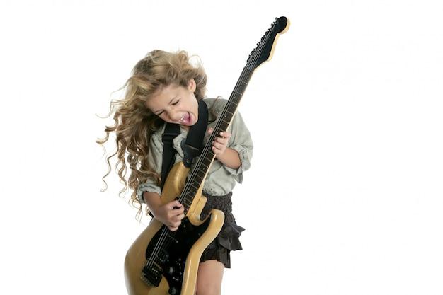 Kleines blondes mädchen, das hardcore-windhaar der e-gitarre spielt Premium Fotos