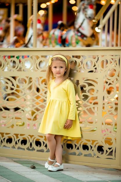 Kleines blondes mädchen im vergnügungspark Premium Fotos