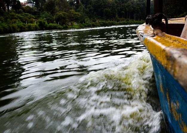Kleines boot bewegt sich auf wasser Kostenlose Fotos