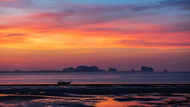 Kleines boot im meer mit dämmerungshimmel am morgen am koh mook, trang-provinz, thailand Premium Fotos