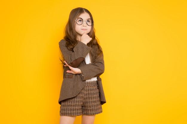 Kleines brunettemädchen im kostüm Premium Fotos