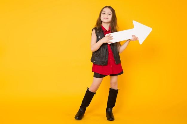 Kleines brunettemädchen mit nadelanzeige Premium Fotos