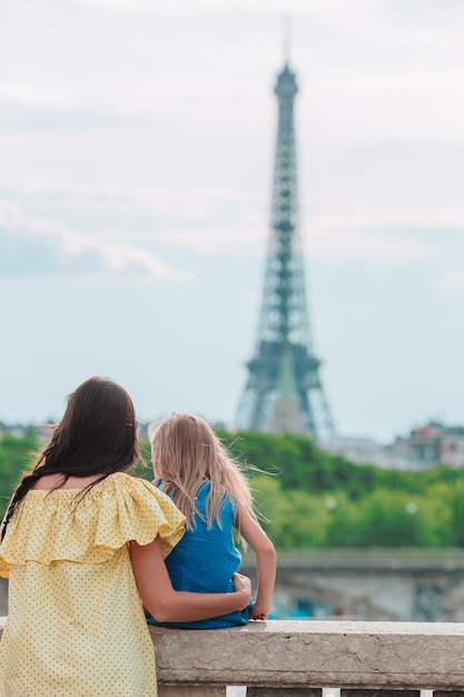 Kleines entzückendes mädchen und ihre junge mutter in paris nahe eiffelturm während der sommerferien Premium Fotos