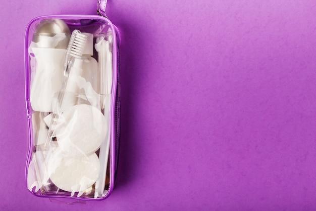 Kleines flaschenset in transparenter kosmetiktasche Premium Fotos
