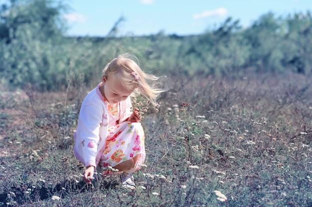 Kleines glückliches mädchen im freien Premium Fotos