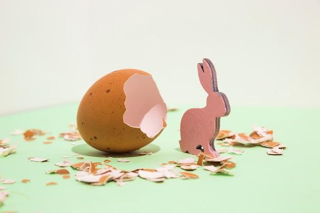 Kleines hölzernes kaninchen mit unterbrochenem ei auf tabelle Kostenlose Fotos