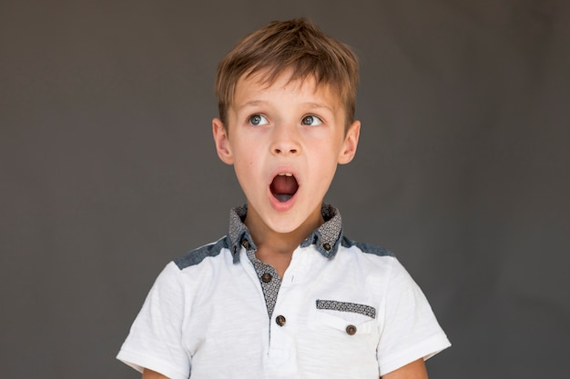 Kleines kind, das entsetzt schaut Kostenlose Fotos