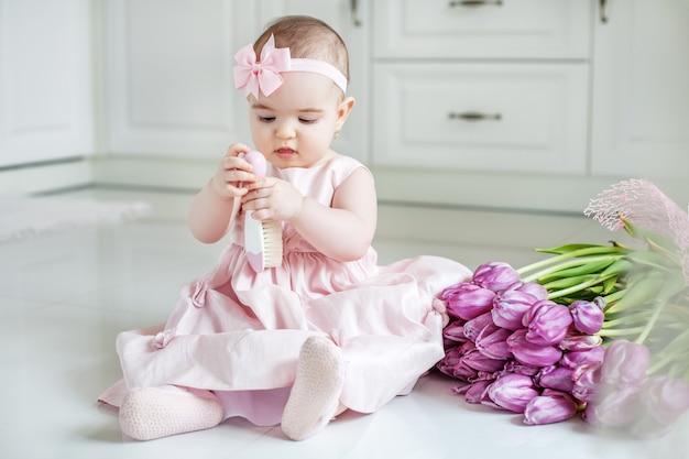 Kleines kind, das kammhaar hält. Premium Fotos