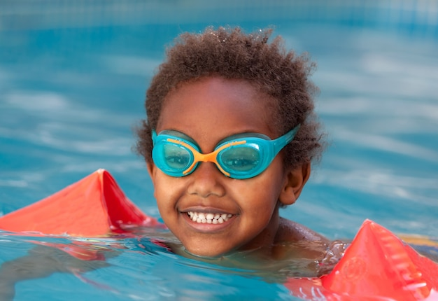 Kleines kind im pool Premium Fotos