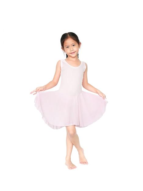 Kleines kind mädchen träumt davon, eine ballerina zu werden Premium Fotos