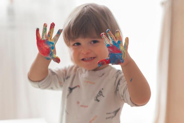Kleines kind malt wie ein künstler Kostenlose Fotos