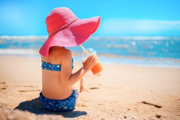 Kleines mädchen am strand Premium Fotos