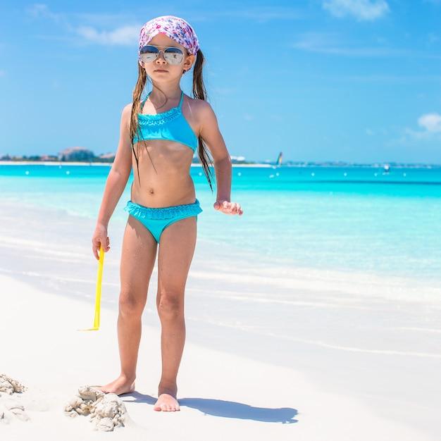 Kleines mädchen an der küste während der sommerferien Premium Fotos