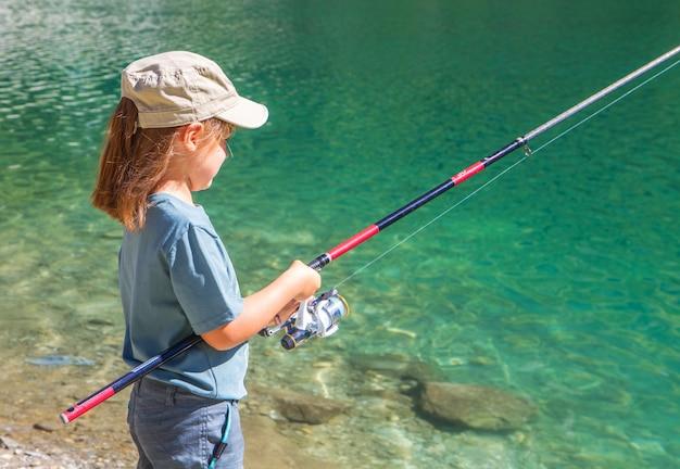 Kleines mädchen angeln in den bergen Premium Fotos