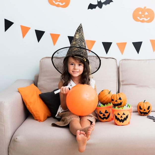 Kleines mädchen, das einen halloween-ballon zeichnet Kostenlose Fotos